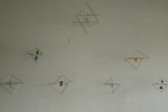 De Star Tetraeder en grote en kleine kristal-connectors met diverse ruwe stenen